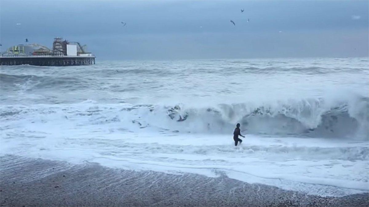 Una mujer arriesgó su vida para salvar a su Border Collie en el mar https://t.co/tl0JXiRgcF