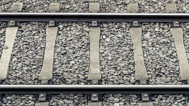 【17本が運休】JR社員、電車にはねられ死亡 レールの凍結防ぐ作業中 https://t.co/VtMKQoU8du  JR貨物九州支社の社員が、久留米発小倉行きの普通列車にはねられて死亡。福岡県警東署は事故原因を調べている。