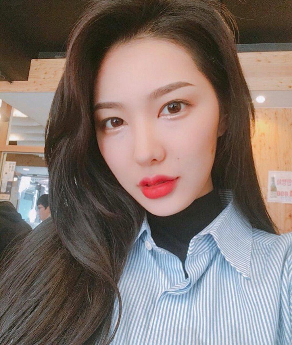 Chiêm ngưỡng nhan sắc xinh đẹp của em gái Yoon Jisung: Fan cho rằng cô có thể trở thành thần tượng K-Pop! ảnh 2