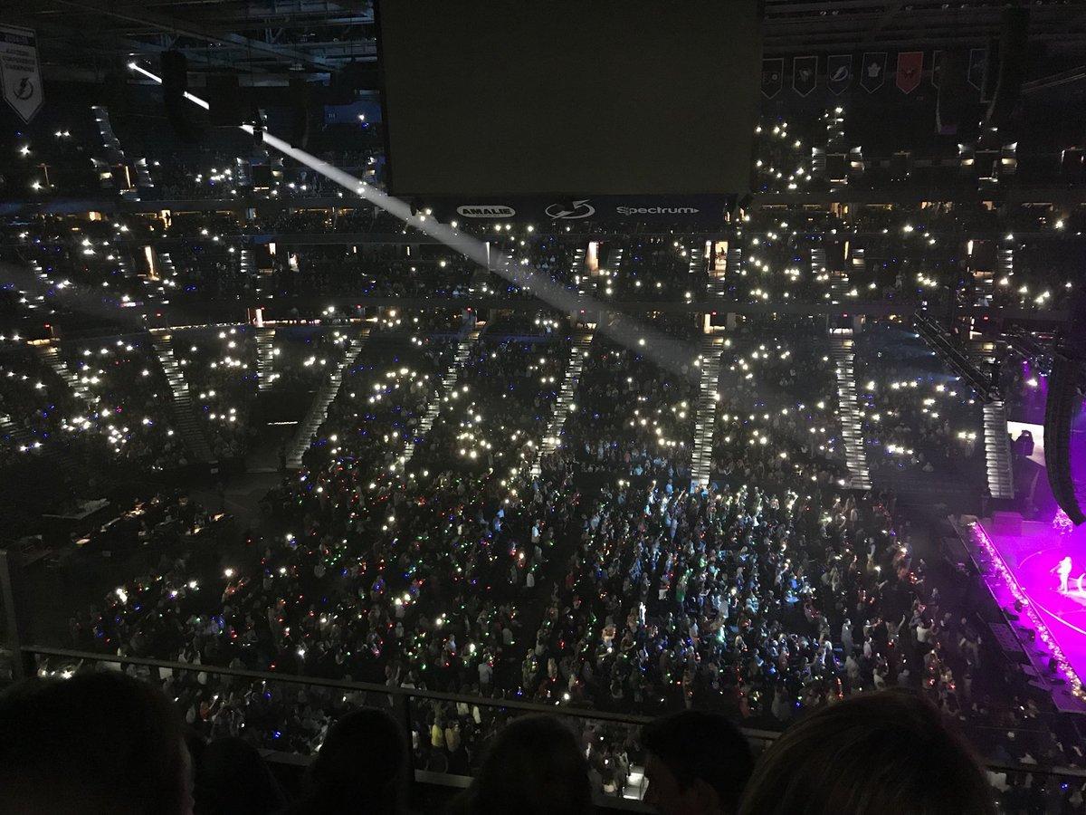Camila no palco do #FLZJingleBall (via @...