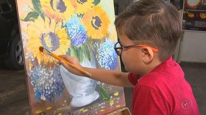 'Pintor prodígio' de 8 anos expõe e vende quadros deixados na oficina mecânica do pai https://t.co/AfaXKQgbQP #G1