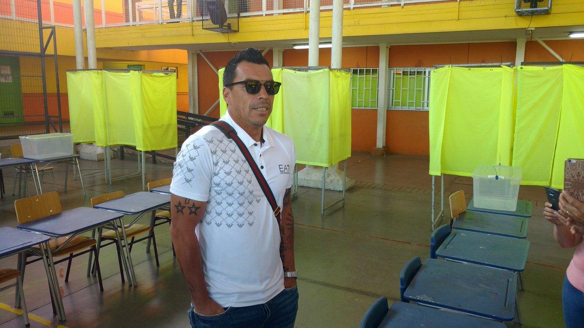 Esteban Paredes ya llegó al Colegio Presidente Riesco de Maipú para ser vocal de mesa #ChileElige.