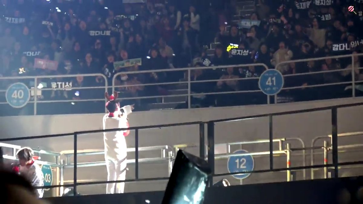 RT @ji_sunggg: why is this so cute he's pointing out his banner 😭 https://t.co/ooSyPcxaXm