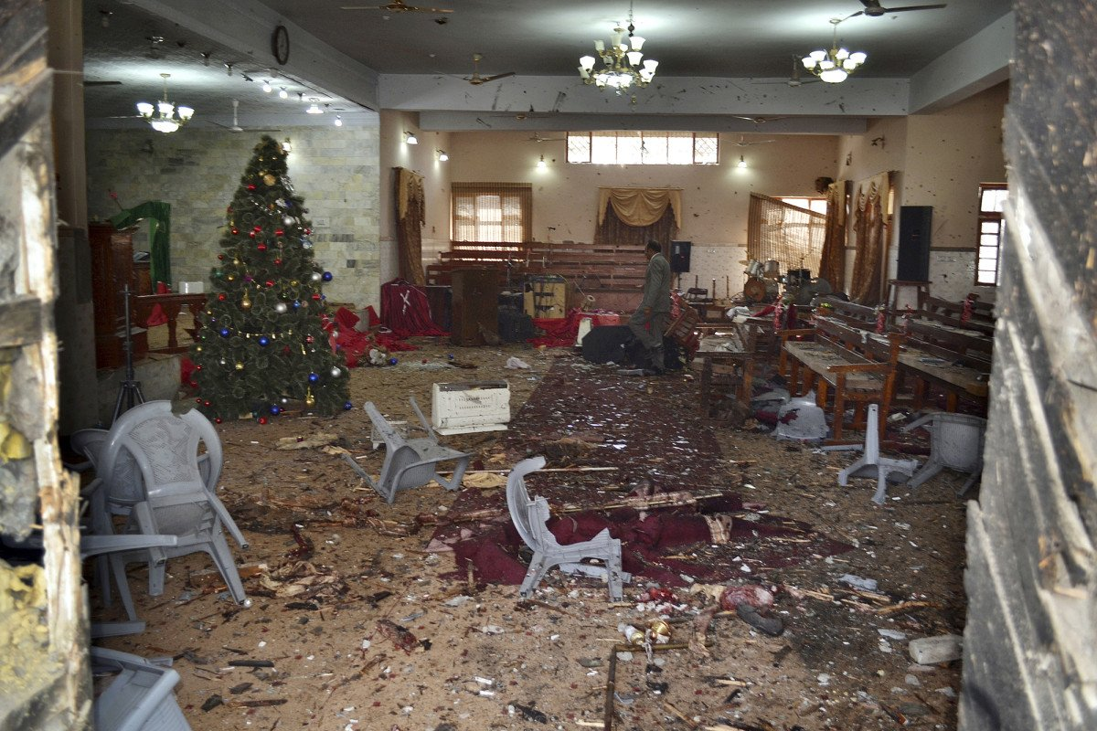 Several dead after suicide bombers attack church in Pakistan https://t.co/IJQtPKKEG9