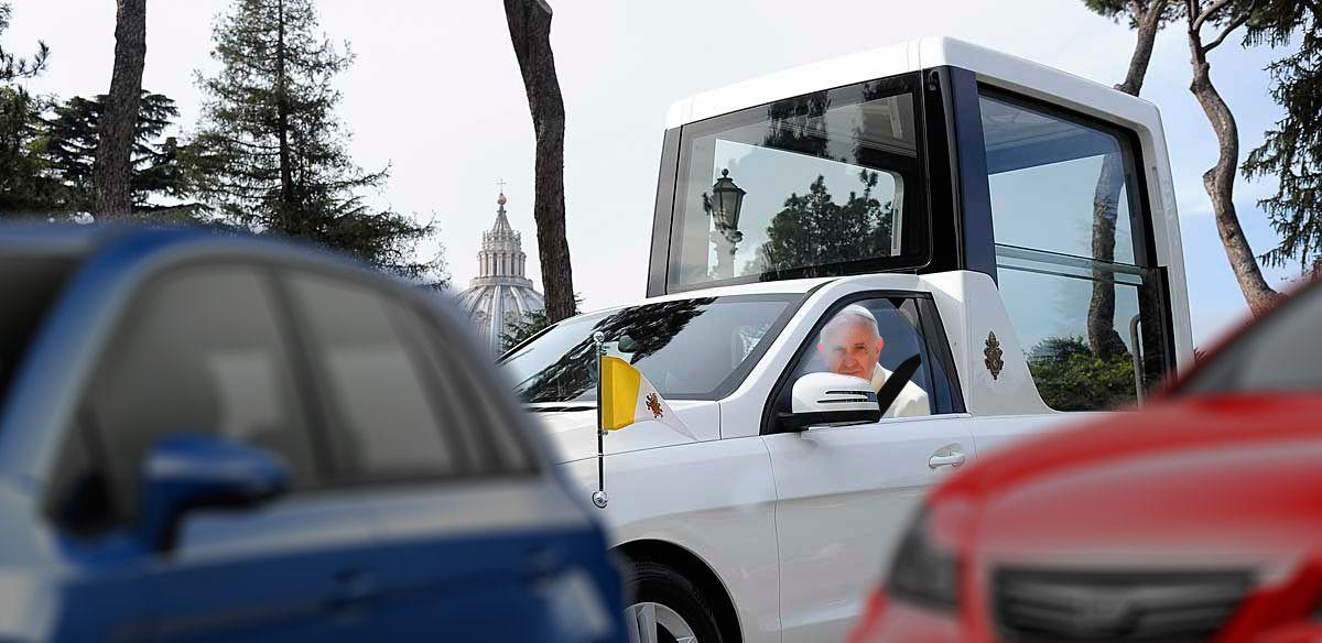 El Papa lleva una hora dando vueltas con el Papamóvil alrededor del Vaticano porque no encuentra aparcamiento https://t.co/VlJRj2leKk