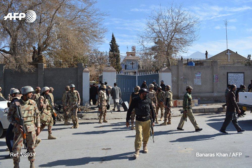 Al menos ocho muertos y 30 heridos en un atentado suicida reivindicado por el grupo EI contra una iglesia de Quetta, Pakistán #AFP https://t.co/R27V5PAnLk