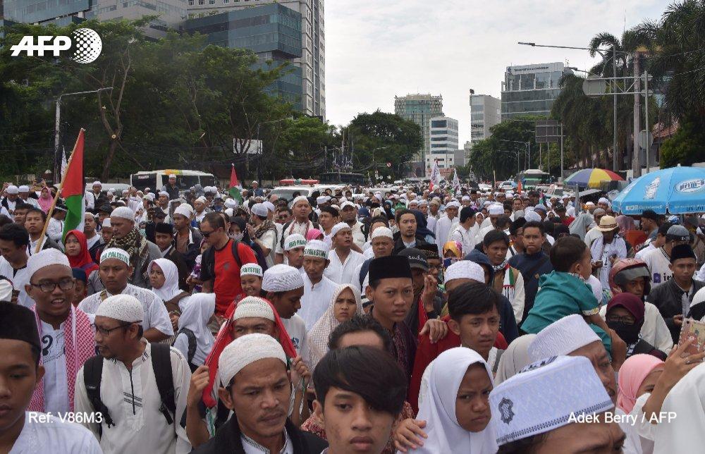 Decenas de miles de indonesios protestan en Yakarta contra la decisión de Trump de reconocer Jerusalén como capital de Israel #AFP https://t.co/FUoosJJMOq