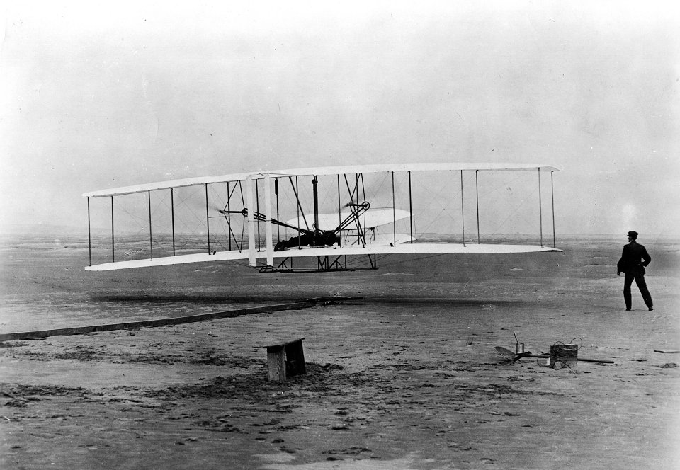 'For once you have tasted flight you will walk the earth with your eyes turned skywards, for there you have been and there you will long to return' Leonardo da Vinci   It was #OnThisDay in 1903 that we achieved heavier-than-air flight for the first time https://t.co/dz7g3cpxRz