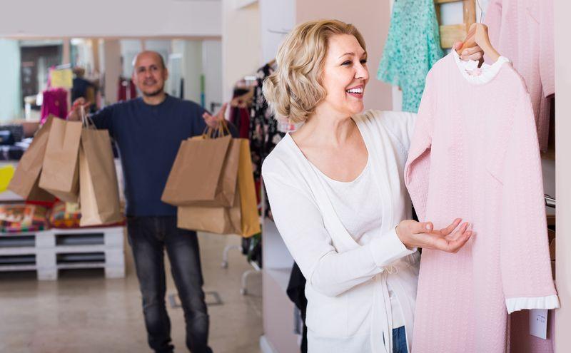 """Dice que es """"personal shopper"""" porque acompaña a su mujer y le aguanta el bolso cuando va de compras https://t.co/GNkspKUWI6"""