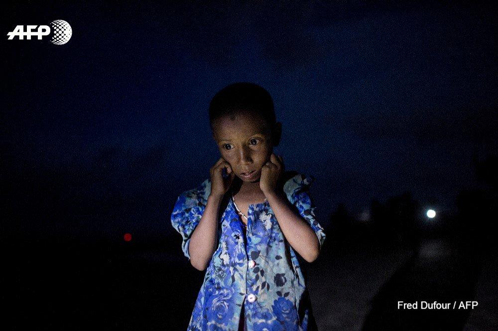 Une jeune réfugié #rohingyae  juste après avoir franchi la frontière entre la Birmanie et le Bangladesh. @freddufour_afp #AFP 📷