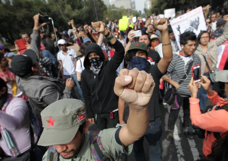 Cientos marchan en México para exigir a Peña Nieto vetar Ley de Seguridad #MercurioEc https://t.co/1OlGz8CnhX