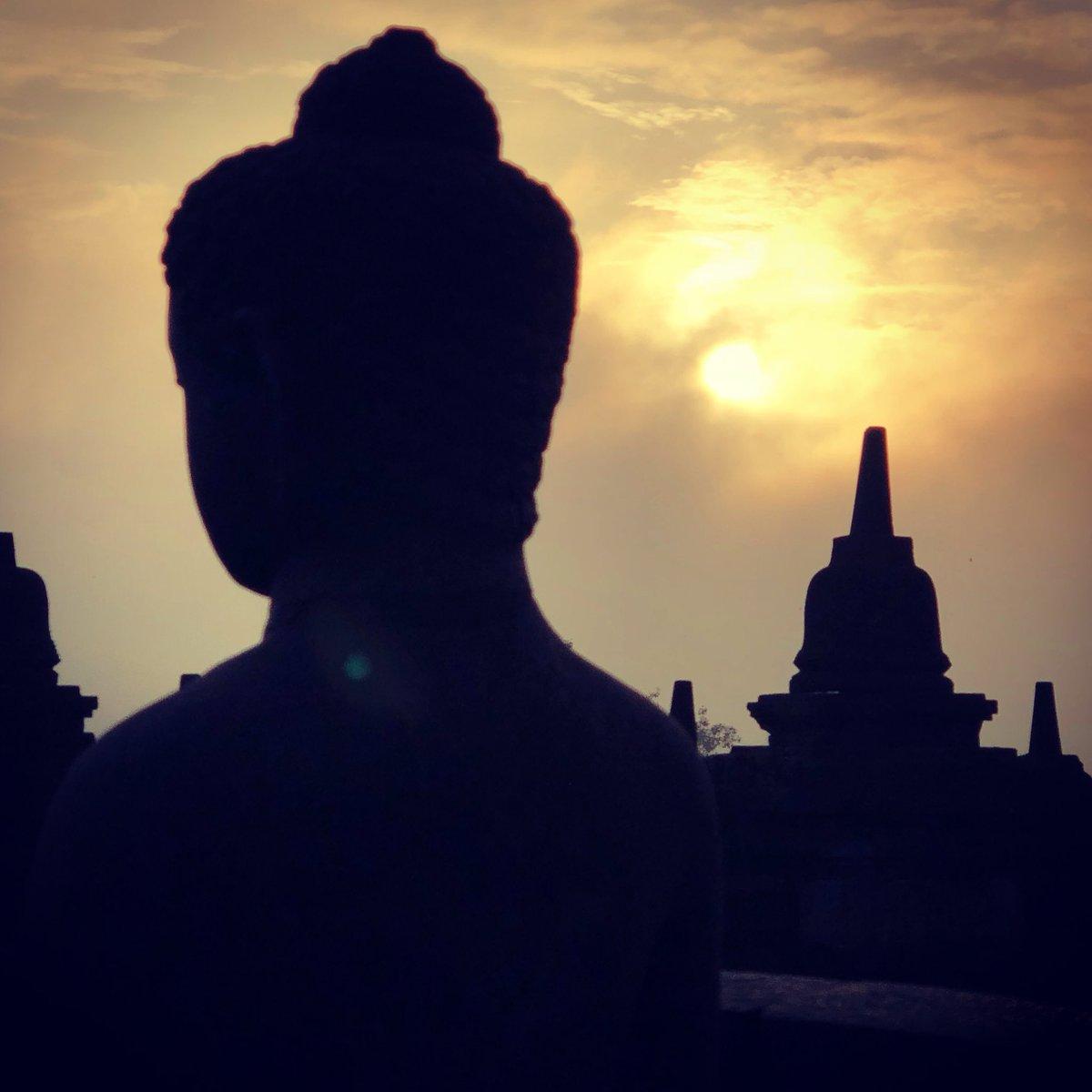 Amanecer en Borobudur, complejo de stupa budista en la montaña. Patrimonio de la humanidad de la UNESCO.  Vale la pena ver la salida del sol en este lugar.  🙏🏻🌍🌎🌏 Indonesia