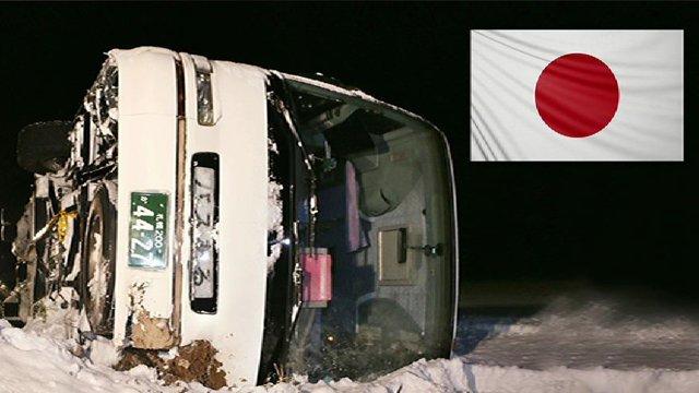 일본서 한국 관광객 버스 사고…34명을 태운 버스가 눈길에 미끄러지면서 전복. 승객들이 모두 안전벨트를 착용해 큰 부상자 없어. https://t.co/Sj04n9e3dV