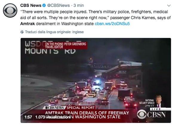 Un treno passeggeri #Amtrak deraglia mentre percorre un ponte e precipita sull'autostrada I-5 nello Stato di Washington, nell'ovest degli Stati Uniti. I soccorritori parlano di numerosi feriti → https://t.co/sklojc1WHC