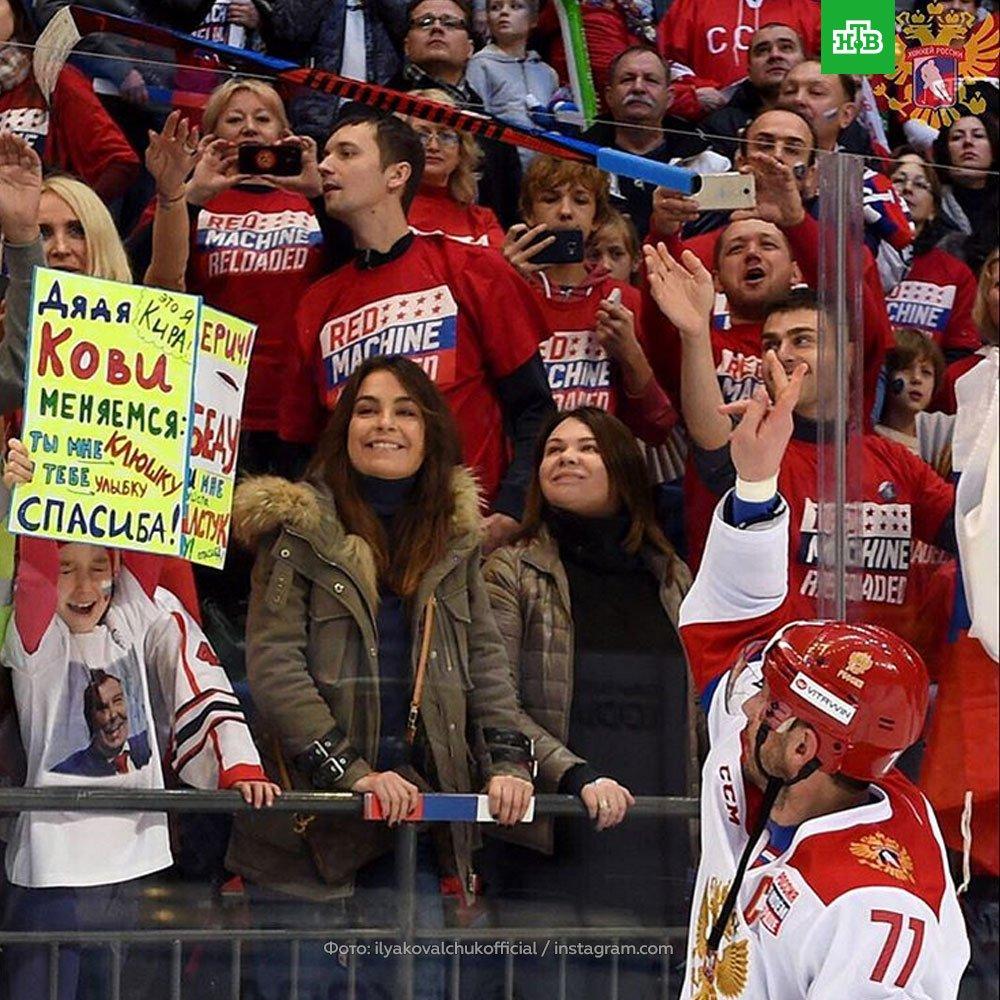 Илья Ковальчук прямо во время матча подарил свою клюшку маленькой болельщице с баннером в руках — перебросил через стекло. «Дядя КОВИ! Не мог не согласиться», — объяснил он потом