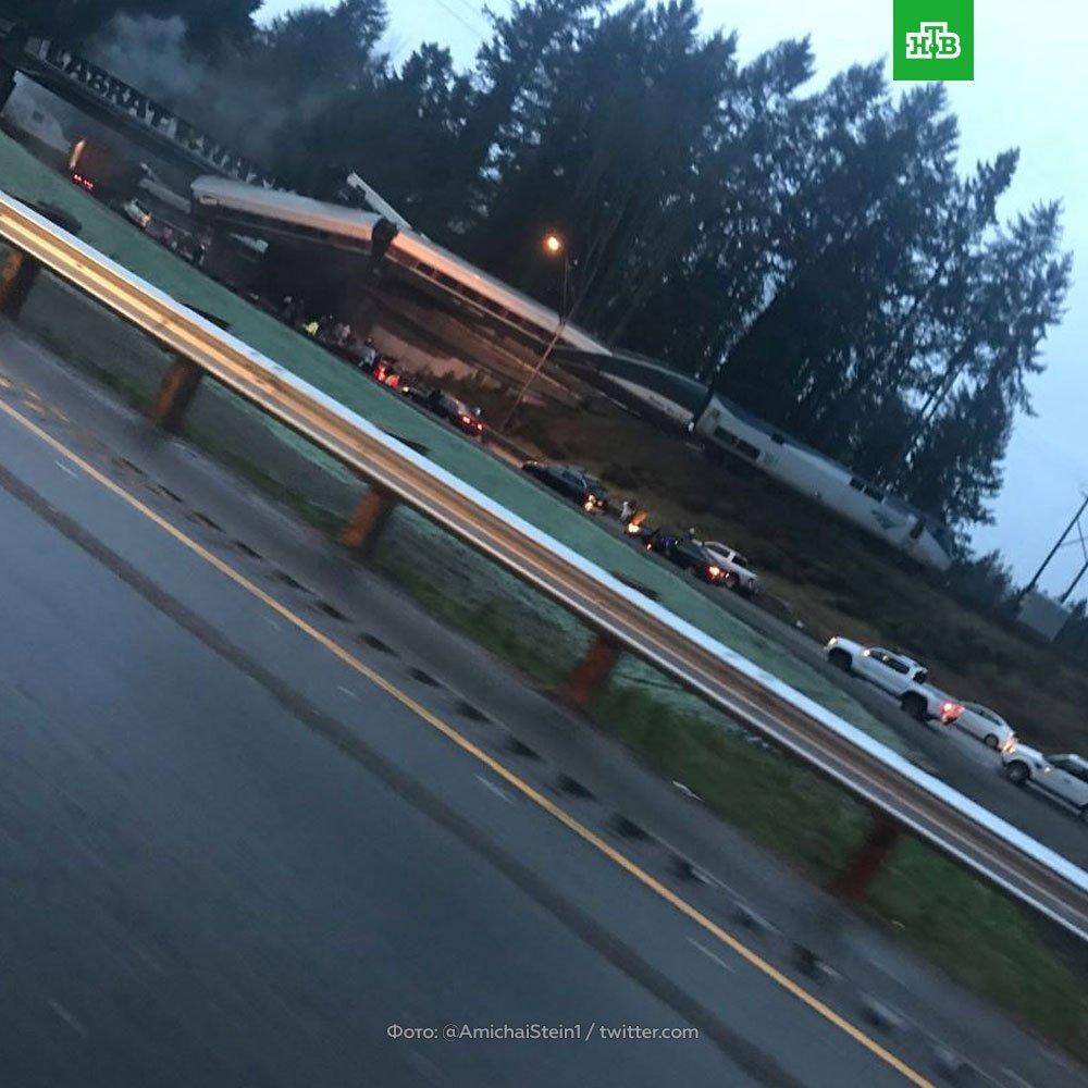 СРОЧНО. Крушение поезда под Сиэтлом: составы рухнули с моста на оживленное шоссе. По словам очевидцев, есть погибшие