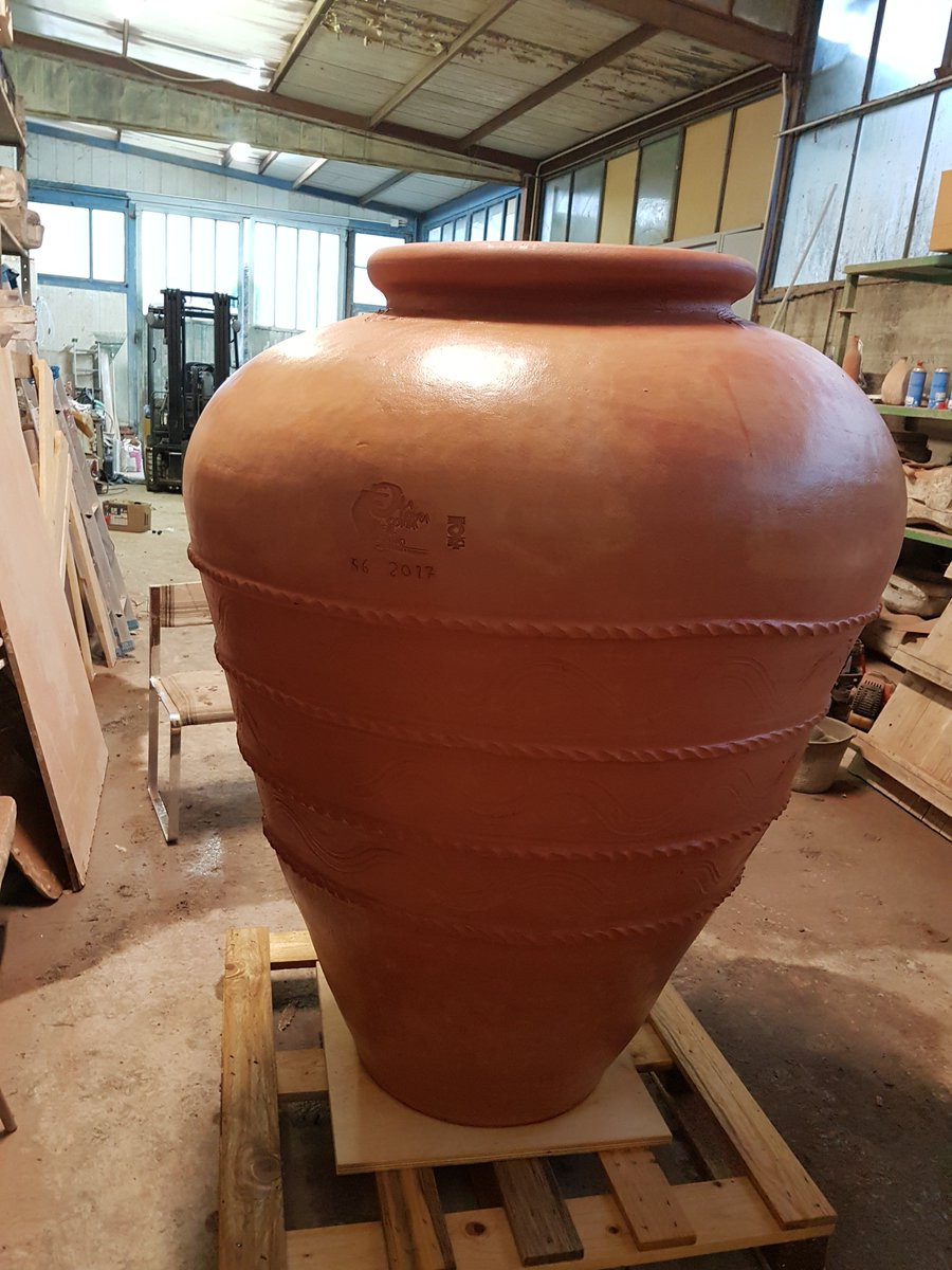 Classic 800 litre #jars standing in our workshop after three and a half days in the #kiln at 1050 degrees. An emotion every time! #amphorae #terracotta #wine #clay @WineTimesIT @wineitaly_ @I__Love__Italy @WineLovers_Unit #winelover <br>http://pic.twitter.com/EzfccuKVSg