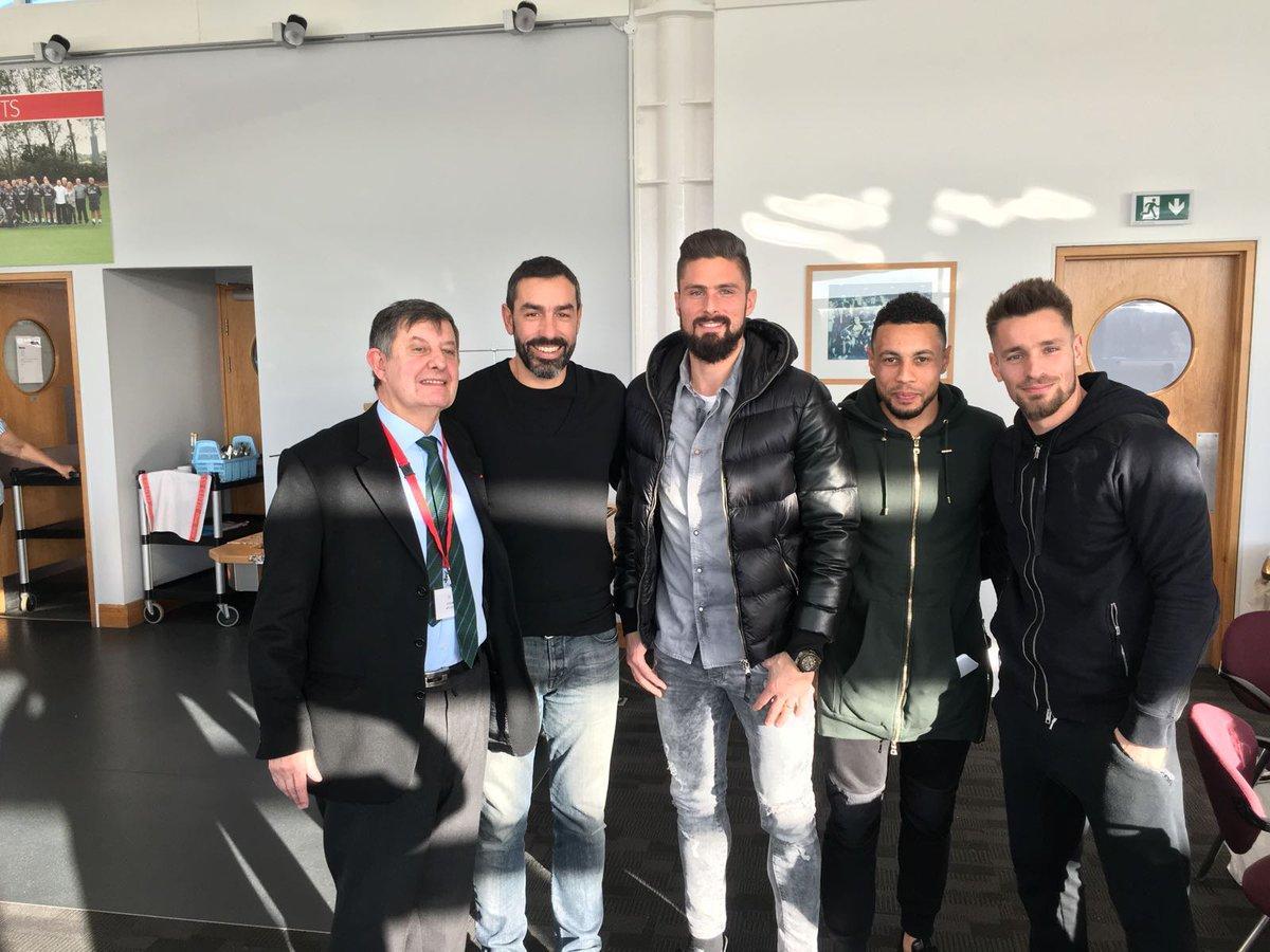 ¿Cuánto mide Olivier Giroud? - Real height DRVhZQiW4AAH4Y1