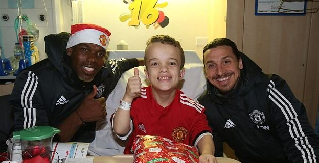 Man United get festive as Paul Pogba and Zlatan Ibrahimovic give away presents to children in hospital https://t.co/jVabNX62ew