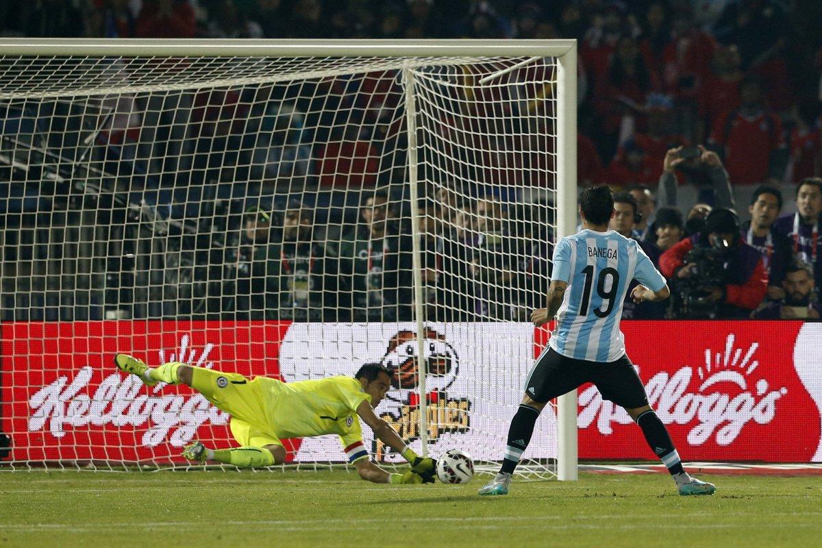 Resultado de imagen para final de la copa américa 2015 bravo ataja penal a banega