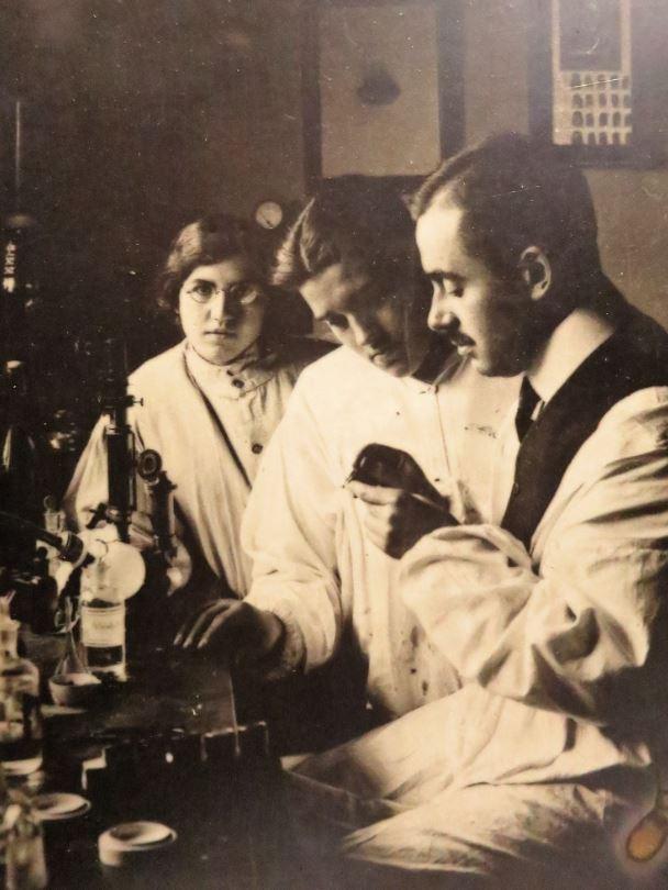 Antonio Lecha-Marzo trabajando en su laboratorio de medicina legal