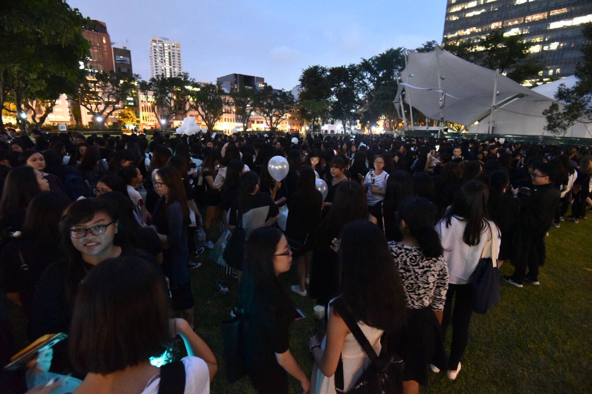 HAPPENING NOW: Hundreds of SHINee fans gather at Hong Lim Park to hold a memorial for #Jonghyun