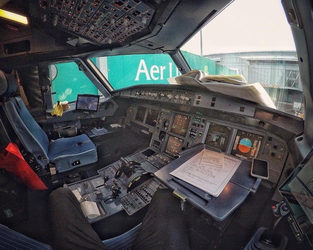 From http://bit.ly/2fO7GUg Office POV  ——————————————————————— #airbus #a321 #a320 #pilotlife #instapilot #aviation #cockpitview #gopro #hero6 #aviation4u #pilotgopro #aviationdaily #aviator #av1ati0n #pilot #cockpit #livingthedream #green #office #bestjobintheworld #fir… pic.twitter.com/QO6Lxchpv8