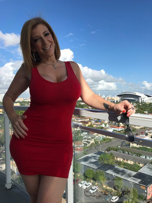 2 pic. Sunny🌞 Day in #miami and the view🍑 is bootyful😏 #milf #reddress #sexy https://t.co/6Pj7Vjw4Zv