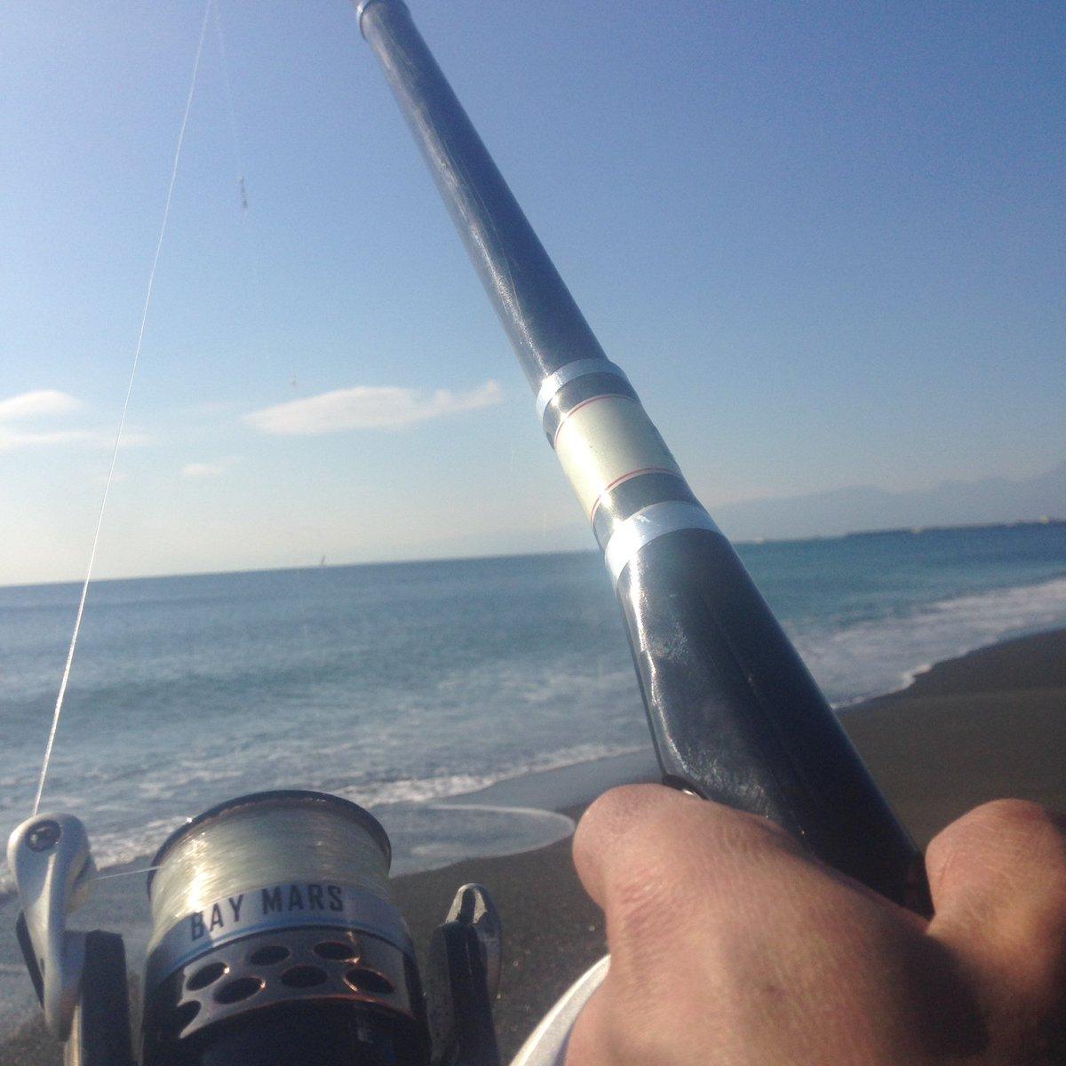 10時45分。   虹ケ浜をテキトーに釣り歩いてるんだけど、魚の反応まったく無し・・・・・・。  #平塚海岸 https://t.co/F0aEg2cViX
