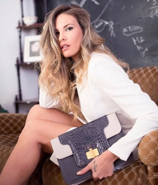 """¡Nuestra marca de bolsos favorita @Carabela_madrid ya tiene IMAGEN para su nueva colección """"Chic Inspiré""""! La modelo española JESSICA BUENO nos la presenta mostrándonos uno de los preciosos modelos que forman parte de esta colección tan especial.😉https://t.co/ErdiZ66c9Q https://t.co/vKJ5VYvk45"""