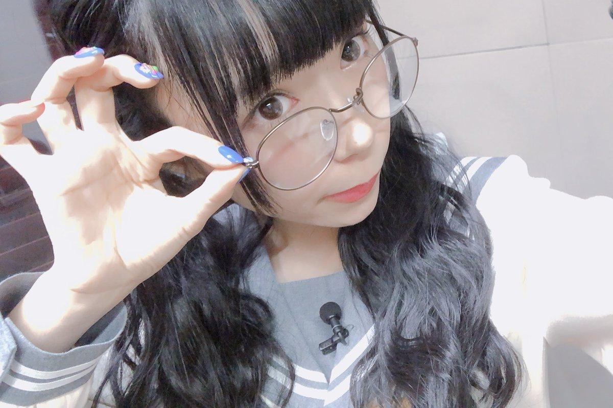眼鏡をかけた小林愛香