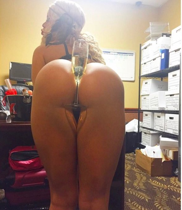 Still one of my fav photos, Are you Thirsty papi? Send me your naughtiest pic too https://t.co/0gFjt3xxfo