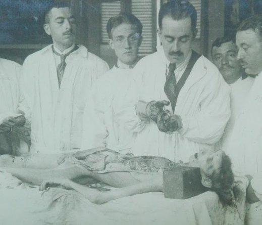 Antonio Lecha Marzo durante la realización de una autopsia