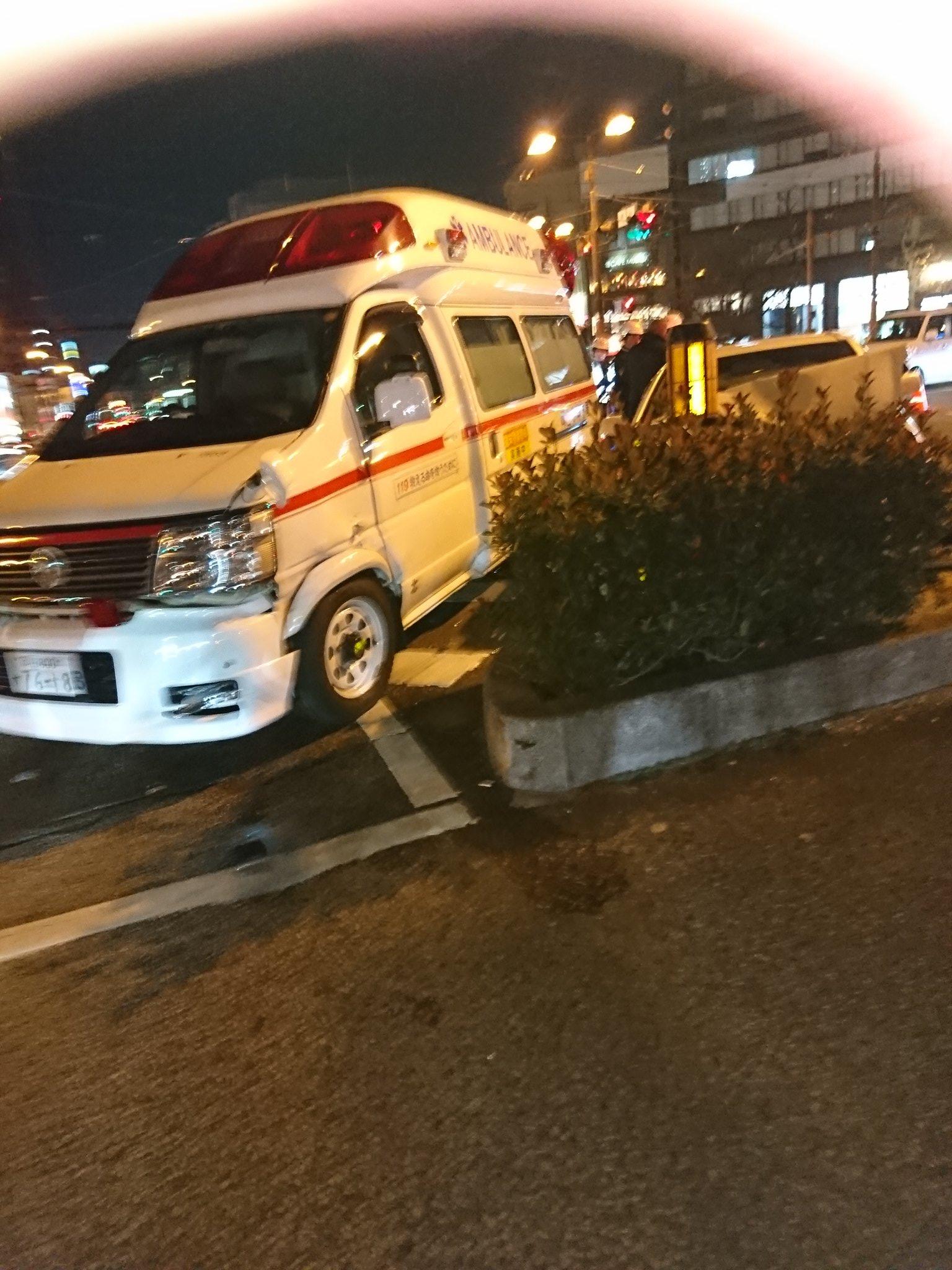 画像,柳川交差点で救急車と一般車が事故ってる大きな怪我なければいいけど! https://t.co/2ccoLqsN1s。