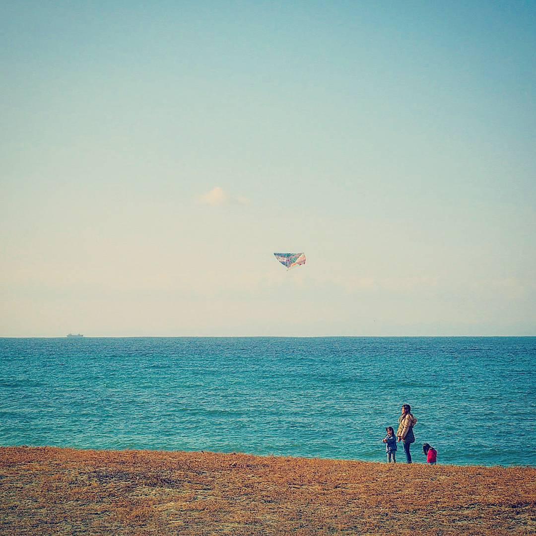 1月の瀬戸内海。光市、虹ヶ浜海水浴場。今日は、風強く、凧揚げには最適だったようです。 https://t.co/xHjuAqGi9U