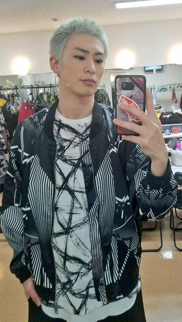 銀髪姿の塩田康平