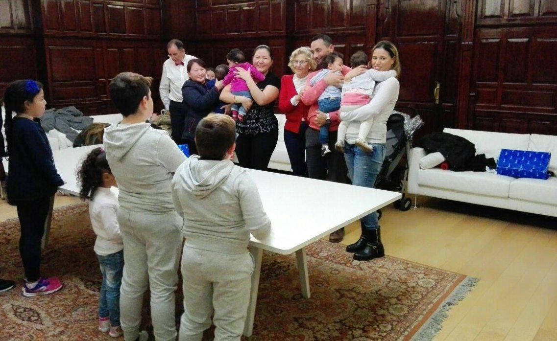 """El """"servicio de reclamaciones"""" del Ayuntamiento de Madrid funciona: esta tarde hemos entregado juguetes a 20 niños y niñas cuyas familias han llamado porque los Reyes Magos no han sabido llegar a sus casas 😉."""