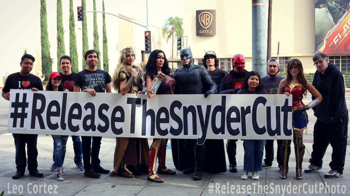 "Batman-News.com on Twitter: ""Fans gathered in front of Warner Bros ..."