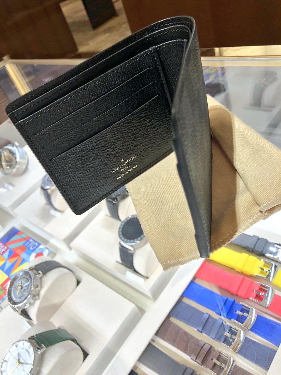 毎年年始にお財布を変える儀式 今年のお財布はこれに決めた 去年は小銭入れだけのお財布で不便過ぎた( ̄▽ ̄;) お財布は小さいのが良き! そーしたら現金持ち歩けない最高の節約(*´罒`*) #財布 #VUITTON #グラフィット #貼る財布 pic.twitter.com/y1SIOsPvsT