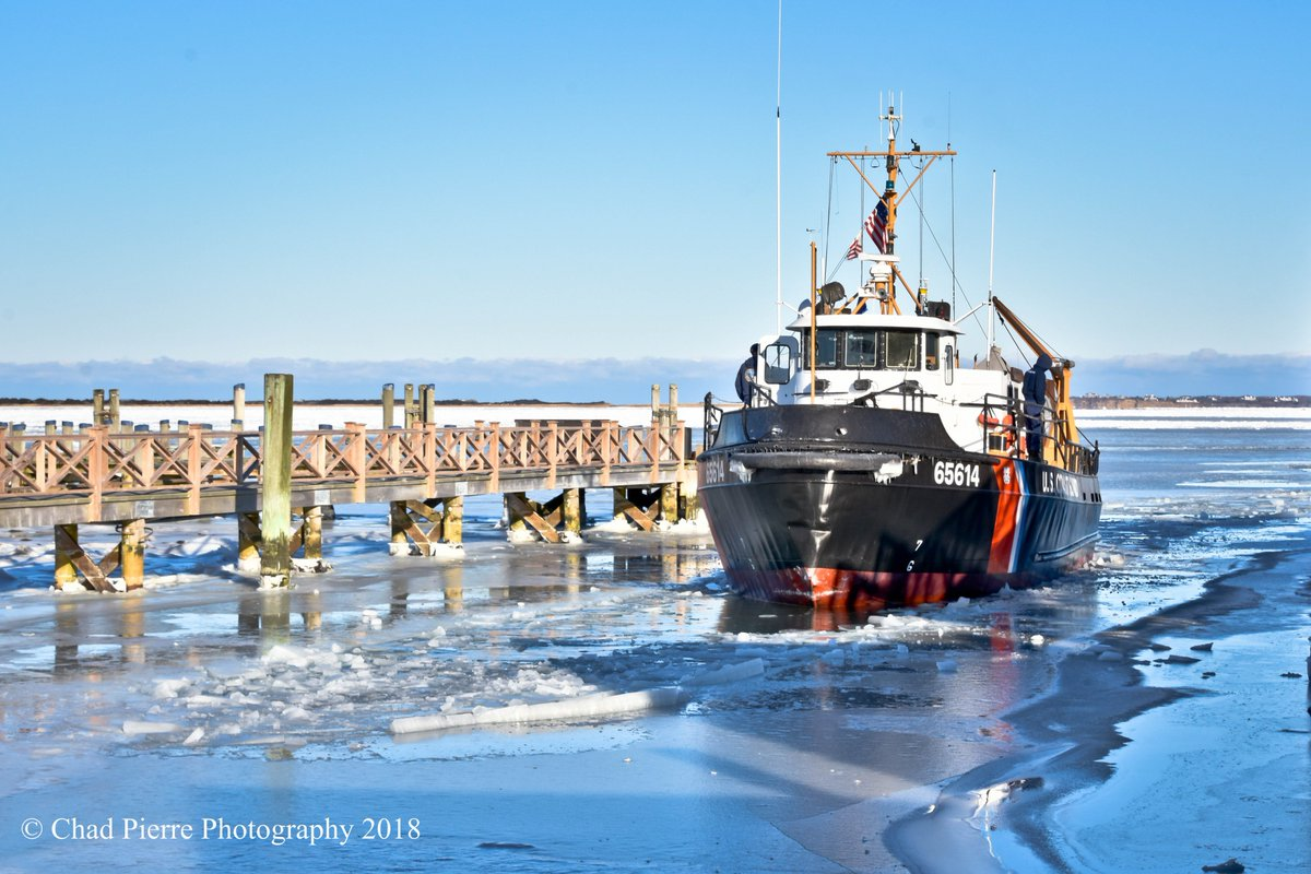 MT @Chad_Pierre #HappeningNow #BrantPointCG  #USCG Cutter finally here doing some damage to the ice at the Boat Basin and Nantucket Harbor downtown Nantucket earlier today. #ChadPierrePhotography  - Copyright 2018 #ACK #Nantucketpic.twitter.com/3Nm9BnQO79