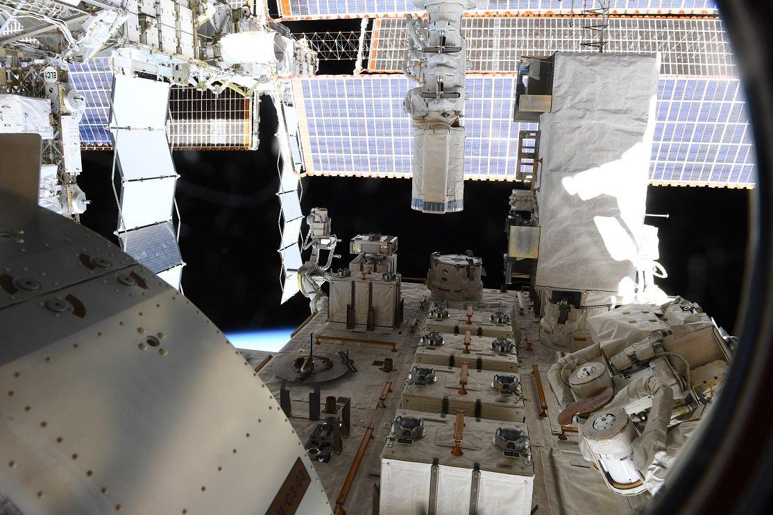 「きぼう」の中庭、船外ばく露部と呼ばれる場所です。 大活躍の「きぼうロボットアーム」や、ExHAM(エックスハム)という実験装置が見えます。