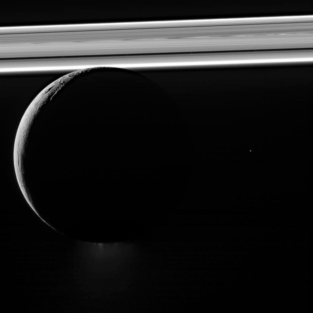 Beneath its icy exterior shell, Saturn's moon Enceladus hides a global ocean of liquid water. This 2011 view shows a plume of water ice particles & more spewing from the moon's south pole, backdropped by Saturn's rings glowing brightly: https://t.co/eK56NiccUW