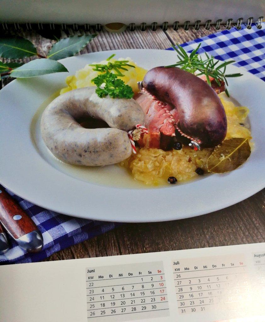 """""""戦いのプレート""""  レバーヴルストと豚バラ肉とブルートヴルストの盛り合わせ的な… 初見料理多かったです…"""