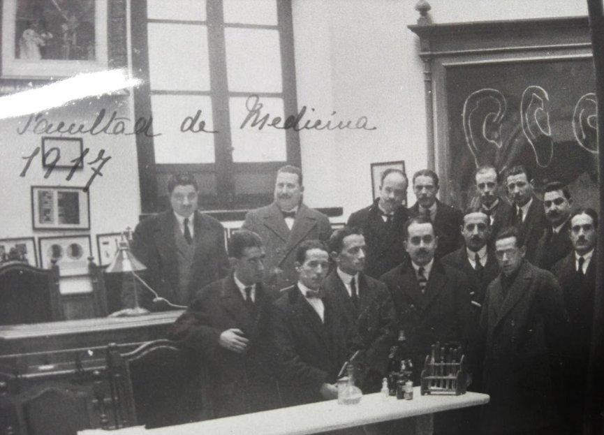 Antonio Lecha Marzo con alumnos de la cátedra de medicina legal de Granada en 1917. En la parte derecha aparece una pizarra con dibujos de formas de orejas, probablemente para presentar el retrato hablado de Bertillon
