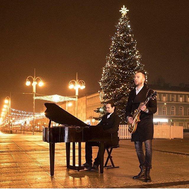 Welcome @krzysztofmh ・・・ Poczas kręcenia teledysku #clödie na Placu Biegańskiego w Częstochowie. Fot. Andrzej Świtalski #music #clip  #piano #instrument #instagood #evening #iphoneonly #czestochowacity #christmas #instacool #instapic #inczestochowa #… http://ift.tt/2Chkw83pic.twitter.com/cRfIBdrJ9t