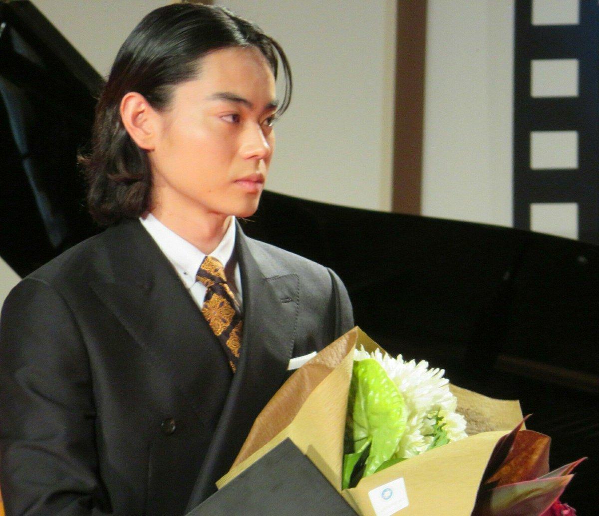 日刊スポーツ映画大賞主演男優賞頂きました。昨年の受賞者佐藤浩市さんからトロフィーを頂きました。なんと光栄な。この大きい賞に見合う男になる為に、またこれから更にワンカットワンカット大事にしていきます。本当にありがとうございました。