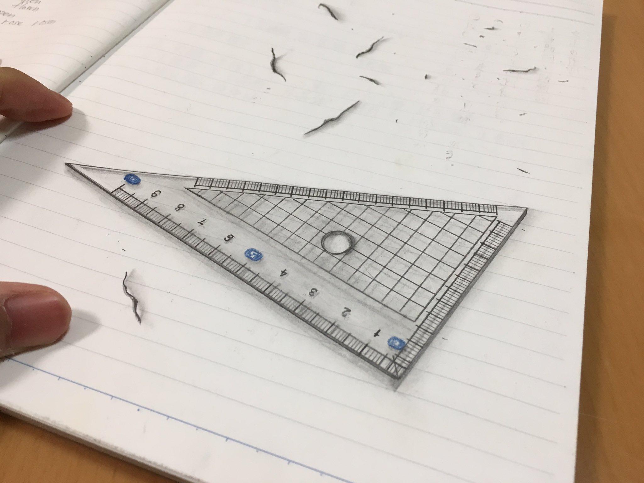 中学3年生(15歳)の時描いた三角定規と、現在(19歳)の僕が描いた三角定規。 ちなみに1枚目、消しかすも描きました。