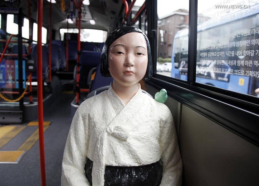 慰安婦少女像、銅像だと分かりにくかったけど肩に鳥乗ってるのシュールだな
