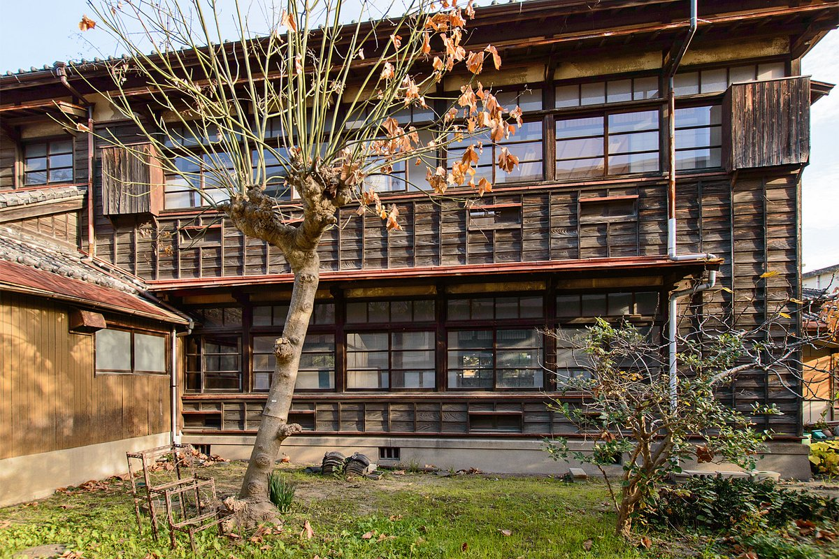 同じ部分の反対側(西立面)。下見板張りのせいか、昔の木造校舎や下宿のような懐かしさを覚える。その一方、開口部が多くて水平連続窓を形成しており、意外とモダンなデザインでもある。