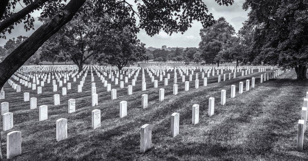 ⠀ #repost @bputtphotography⠀ • • •⠀ Poignant moment at Arlington National Cemetery in Washington DC. We can celebrate freely because of their sacrifice. #monochromefortheholidays http://ift.tt/2lcaTjxpic.twitter.com/lTY9BHb01u